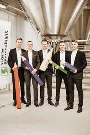 Das siegreiche Projektteam aus dem Rheintal freut sich über seinen Erfolg, von links: Pascal Koller (St.Gallen, Projektleiter), Adel Fazlic (Altstätten), Yves Grundlehner (St.Margrethen), Matthias Bleiker (Kriessern), Benjamin Hasler (Altstätten). (Bild: pd)