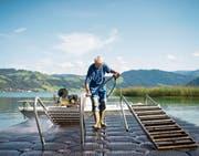 Bademeister Roland Keller ist nach der Badesaison mit den Aufräumarbeiten beschäftigt. Bild: Maria Schmid (Unterägeri, 16. September 2019)