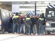 Die niederländische Polizei nimmt Fans von Lille fest (Bild: KEYSTONE/EPA ANP/LORENZO DERKSEN)