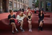 Während Irene im Zollibolli shoppt, warten ihre Bandkolleginnen am Roten Platz auf das nächste Shooting. (Bild: Benjamin Manser)