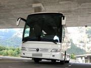 Bei einer Kontrolle in St. Maurice hat die Kantonspolizei Wallis einen polnischen Reisecar aus dem Verkehr gezogen. Der Fahrer verfügte über keinen gültigen Führerschein und verstiess gegen das Kabotageverbot. (Bild: Kantonspolizei Wallis)
