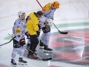 Julien Sprunger wird in seinem 800. Spiel in der höchsten Spielklasse verletzt vom Eis geführt (Bild: KEYSTONE/MARCEL BIERI)
