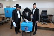 Orthodoxe Juden an einer Wahlstation in Jerusalem ihre Stimmen ab. (Bild: EPA, Jerusalem, 17. September 2019)