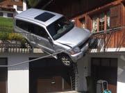 Die führerlose Fahrt eines Autos endete in Bauen UR auf der Garagenterrasse. (Bild: Kantonspolizei Uri)