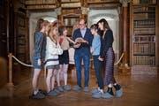 Seulgi, Yeri, Wendy, Irene und Joy lassen sich von Stiftsbibliothekar Cornel Dora das Unesco-Weltkulturerbe im Schnelldurchlauf erklären. (Bild: Benjamin Manser)