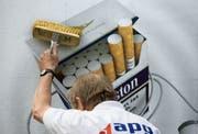 Auf Plakaten ist Tabakwerbung heute noch erlaubt - zumindest in zehn Kantonen. (Bild: Gaetan Bally, Keystone)
