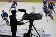 Ein Kameramann an der Arbeit bei einem Eishockeyspiel der ZSC Lions gegen den EHC Kloten. (Bild: «Tagblatt»-Archiv - 2. Dezember 2016)