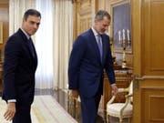 Spaniens König Felipe VI. (rechts), hier vor dem Sondierungsgespräch mit Sozialistenchef Pedro Sanchez, sieht keinen Spielraum für eine Regierungsbildung. (Bild: KEYSTONE/AP POOL EFE/BALLESTEROS)