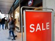 Das Parlament will, dass Preise und Rabatte künftig nicht mehr auf jedem Werbemittel stehen müssen. Referenzen auf digitale Quellen sollen genügen. (Bild: KEYSTONE/SALVATORE DI NOLFI)