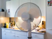 Die Verkäufe von Ventilatoren und Klimageräte sind dank heissen Sommertagen stark angestiegen. (Bild: KEYSTONE/JEAN-CHRISTOPHE BOTT)
