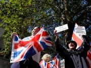 Brexit-Befürworter haben am zweiten Tag der Gerichtsverhandlung vor dem obersten britischen Gericht in London demonstriert. Dieses muss darüber urteilen, ob die von Premierminister Boris Johnson verordneten Zwangspause für das Parlament rechtens ist oder nicht. (Bild: KEYSTONE/AP/KIRSTY WIGGLESWORTH)