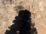 Eine Satellitenaufnahme zeigt den schwarzen Rauch, der über dem Abkaik Öl-Feld von Saudi Aramco aufsteigt. (Bild: KEYSTONE/AP Planet Labs Inc)
