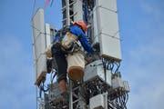 Ein Monteur arbeitet an einer 5G-Mobilfunkantenne. (Bild: Mario Testa)