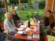 Die Kandidierenden (hier Andi Götz, rechts) konnten an den Tischen näher kennengelernt werden. (Bild: PD)