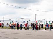 Ein Streik von tausenden Mitarbeitern beim US-Autokonzern General Motors hat Auswirkungen auf Beschäftigte in anderen Ländern - in Kanada müssen Beschäftigte entlassen werden. (Bild: KEYSTONE/AP The Flint Journal/SARA FARAJ)