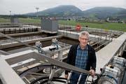 Sepp Amgarten, Geschäftsführer des Entsorgungszweckverbands Sarneraatal, vor den neuen Anlagen in der ARA Sarneraatal. (Bild: Corinne Glanzmann, Alpnach, 18. September 2019)