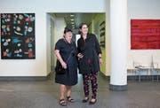 Bernadett Madörin (links) und Veronika Stockmann bespielen derzeit mit ihren neuen Werken das Foyer des Verwaltungszentrums an der Aabachstrasse. (Bild: Maria Schmid, Zug, 17. September 2019)