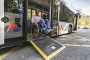 Die meisten Schweizer Bushaltestellen sind von Rollstuhlfahrern noch immer nicht selbstständig benutzbar. (Foto: Claudio Thoma / Aargauer Zeitung).