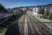 Vom Bahnhof St.Fiden links entlang der Gleise und über die Galerie der Autobahnausfahrt soll der vorgeschlagene Weg führen. (Bild: Michel Canonica)