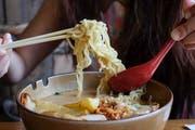 Japaner verschlingen die Nudelsuppe Ramen in wenigen Minuten. Schweizer haben länger, sofern sie nicht eine Gabel zu Hilfe nehmen. Bild: Shutterstock
