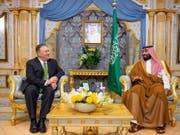 Der saudische Kronprinz Mohammed bin Salman (rechts) und US-Aussenminister Mike Pompeo (links) haben am Mittwoch ihre Strategie nach den Angriffen auf Erdölanlagen in Saudi-Arabien abgestimmt. (Bild: KEYSTONE/EPA SAUDI /BANDAR ALJALOUD / SAUDI ROYAL COURT HANDOUT)