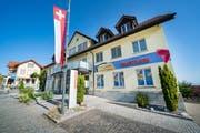 Man sieht es dem Gebäude an: Bei der Raiffeisenbank Engelburg ist man in Festlaune. (Bild: Urs Bucher, 19. September 2019)