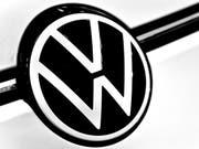 Volkswagen ruft weltweit knapp 230'000 Fahrzeuge der Marken VW und Porsche wegen Problemen mit dem Airbag in die Werkstätten. (Bild: KEYSTONE/EPA/SASCHA STEINBACH)