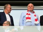 Nicht zufrieden: Der Bayern-Präsident Uli Hoeness (re., mit CEO Karl-Heinz Rummenigge) polterte am Mittwochabend wortgewaltig gegen den DFB, Bundestrainer Joachim Löw und den Spielkalender der FIFA (Bild: KEYSTONE/EPA/CLEMENS BILAN)