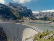 Der Nationalrat will die Umweltauflagen für Wasserkraftwerke lockern. (Bild: KEYSTONE/STR)