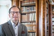Stiftsbibliothekar Cornel Dora reist nach Salzburg. Dort treffen sich Vertreter der vier ältesten Bibliotheken der Welt. (Bild: Hanspeter Schiess)