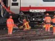 Einer der entgleisten Wagen kippte beim Unfall gegen einen Fahrleitungsmasten. Für die Reparaturarbeiten war der Bahnhof Luzern während vier Tagen gesperrt. (Bild: KEYSTONE/URS FLUEELER)