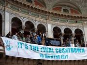 Klimaaktivisten haben im Nationalratssaal ein Transparent zum «Final Countdown» an die Tribüne gehängt. Die Ratssitzung wurde deswegen vorübergehend unterbrochen.