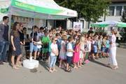 Schulkinder der Primarschule Lauchetal singen zur Einweihung des neuen Schulhauses in Affeltrangen. (Bild: PD)