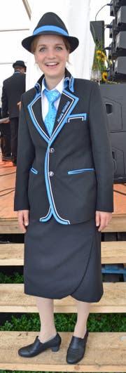 Livia Herzog zeigt sich in der neuen Damenuniform. (Bild: Peter Jenni)