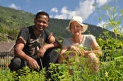Yacob Berhane und Simone Heit ernten bei der Bäuerinnenschule die Produkte. Bild: PD