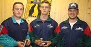 Von links: Valentin Gisler und Fabio Schuler vom siegreichen Spirgner Team mit ihrem Jungschützenleiter Thomas Arnold. (Bild: Paul Gwerder)