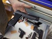 Eine solche Pistole ist bei einem Barbetreiber zu Unrecht von der Polizei eingezogen worden. Dies entschied das Bundesgericht. (Bild: KEYSTONE/MARTIN RUETSCHI)