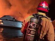 Vor der Küste Kaliforniens ist ein Boot in Brand geraten. Fünf Menschen sind laut Küstenwache gerettet worden. An Bord des Schisses sollen sich mehr als 30 Menschen befinden. (Bild: KEYSTONE/AP Ventura County Fire Department)