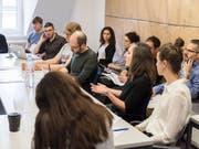 Forscherinnen und Forscher der Unabhängigen Expertenkommission bei einem ihrer letzten Workshops. (Bild: KEYSTONE/CHRISTIAN BEUTLER)