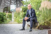 Bioforce-Chef Peter Gmünder im Kräutergarten. (Bild: Andrea Stalder / Roggwil, 11. Juni 2018)
