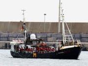 Das deutsche Rettungsschiff «Eleonore» mit mehr als 100 Flüchtlingen an Bord bei der Einfahrt in den Hafen von Pozzallo auf Sizilien. (Bild: KEYSTONE/EPA ANSA/FRANCESCO RUTA)