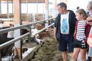Besucher schauen sich im Rindermastbetrieb der Familie Rutishauser um. (Bild: Barbara Hettich)