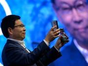 Will - oder muss - ohne Apps aus dem Hause Google auskommen: Huawei-Chef Richard Yu. (Bild: KEYSTONE/EPA/PHILIPP GUELLAND)