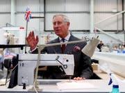 Im Moment gibt es für Prinz Charles nur wenig zu lachen, was die Industrie Britanniens anbelangt: Der Prinz in einer Fabrik in Gloucestershire (Archivbild). (Bild: KEYSTONE/AP PA/Steve Parsons)