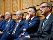 Hans Wicki (zweiter von rechts) und Erich Ettlin (dritter von rechts) sind als Ständeräte in stiller Wahl wiedergewählt. (Bild: KEYSTONE/ANTHONY ANEX)