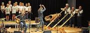 «Schöre» Müller singt «Louenesee», Dänu Wisler dirigiert deb Schülerchor und das Alphorntrio. (Bild: Michael Hug)