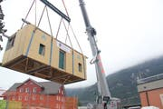 Ein Spektakel: Das 20 Tonnen schwere Gebäude wird auf einen Tieflader gehievt. (Bild: Paul Gwerder, 19. September 2019)