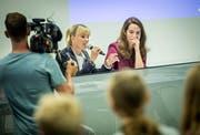 Diana Gutjahr und Nina Schläfli beantworten die Fragen der Kreuzlinger Kantonsschüler. Das Fernsehteam des SRF dreht eine Dokumentation über den Wahlkampf der SVP-Nationalrätin. (Bild: Reto Martin)
