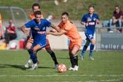 Der Schötzer Samuel Huber (oranges T-Shirt) gegen Luzerns Luca Tonelli. (Bild: Boris Bürgisser, Schötz, 21. September 2019)