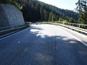In der Linkskurve gestürzt und in die Leitplanke geprallt: Ein 19-jähriger Motorradfahrer überlebte diesen Unfall bei Sils im Domleschg nicht. (Bild: Kantonspolizei Graubünden)